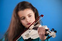 Bambino femminile che gioca il violino immagine stock libera da diritti