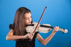 Bambino femminile che gioca il violino immagini stock
