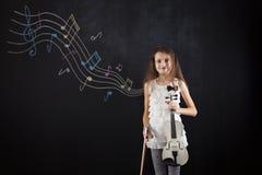Bambino femminile che gioca il violino Immagine Stock