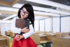 Bambino femminile che sta nella classe Immagine Stock Libera da Diritti