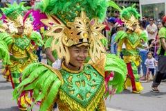 Bambino filippino Perfoming nella parata di Pintados immagine stock