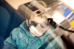 Bambino freddo che viaggia in macchina Fotografia Stock