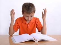 Bambino frustrato con le difficoltà di apprendimento fotografie stock libere da diritti