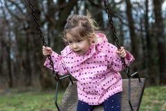 Bambino, giocante, campo da giuoco - oscillazione della ragazza Immagine Stock