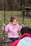 """Bambino, giocante, oscillazione sorridente della ragazza del †del campo da giuoco """" Fotografia Stock"""