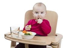 Bambino in giovane età che mangia nell'alta presidenza Immagine Stock Libera da Diritti