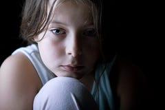 Bambino in giovane età che sembra triste fotografia stock