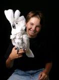 Bambino in giovane età che tiene un Cockatoo emozionante dell'ombrello Fotografie Stock Libere da Diritti