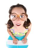 Bambino in giovane età divertente che lavora ad un calcolatore immagine stock libera da diritti