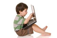 Bambino in giovane età, lavorante al calcolatore Fotografia Stock