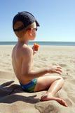 Bambino in giovane età sulla spiaggia immagine stock