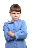 Bambino in giovane età ribelle con le braccia attraversate Immagine Stock