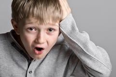Bambino in giovane età sveglio con un'espressione sciocca Fotografia Stock Libera da Diritti