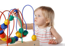 Bambino grazioso con il giocattolo educativo di colore immagini stock libere da diritti