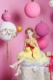 Bambino grazioso della ragazza 6 anni in un vestito giallo Il bambino nella stanza del quarzo di Rosa ha decorato la festa Immagine Stock