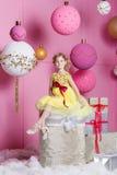 Bambino grazioso della ragazza 6 anni in un vestito giallo Il bambino nella stanza del quarzo di Rosa ha decorato la festa Fotografia Stock