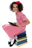 Bambino grazioso gioioso della scuola con il pc della compressa Fotografia Stock