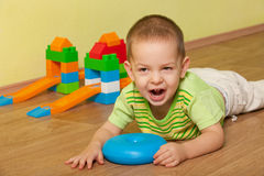 Bambino gridante nella stanza di bambini Immagine Stock Libera da Diritti