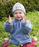 Bambino in il giardino di primavera Immagini Stock Libere da Diritti
