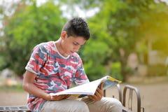 Bambino indiano che legge un libro Fotografia Stock Libera da Diritti