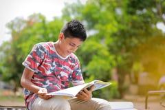 Bambino indiano che legge un libro Immagini Stock Libere da Diritti