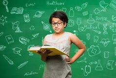 Bambino indiano che studia l'aula Immagini Stock