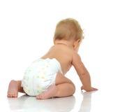 Bambino infantile del bambino del bambino che si siede e che guarda dalla parte posteriore della parte posteriore fotografie stock