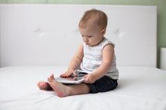 Bambino infantile del bambino del bambino che si siede e che scrive i comp. a macchina digitali della compressa Fotografia Stock Libera da Diritti