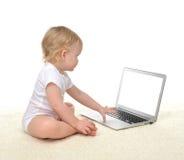 Bambino infantile della neonata del bambino che si siede con il keyb del computer portatile del computer Fotografie Stock
