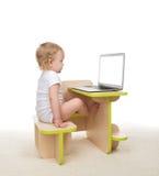 Bambino infantile della neonata del bambino che si siede con le mani che scrivono sul modo Immagine Stock