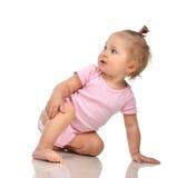 Bambino infantile di sei mesi del bambino del bambino che si siede nell'ente e nel diametro rosa Fotografia Stock