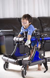 Bambino invalido in camminatore Fotografie Stock