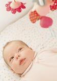 Bambino a letto con i giocattoli Fotografia Stock