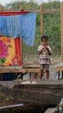 Bambino in linfa di Tonle, Cambogia Fotografia Stock Libera da Diritti