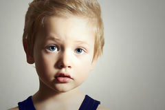 Bambino. Little Boy divertente. Ragazzo bello con gli occhi azzurri fotografie stock