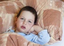 Bambino malato in base Immagine Stock