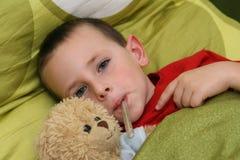 Bambino malato con febbre Fotografia Stock Libera da Diritti