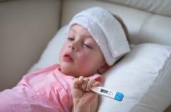 Bambino malato con febbre alta che si situa a letto Immagini Stock Libere da Diritti