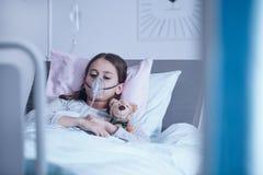 Bambino malato con la maschera di ossigeno fotografia stock libera da diritti