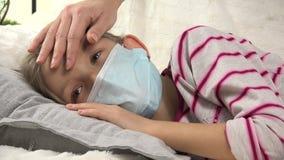 Bambino malato, professione d'infermiera della madre, bambina malata di coccole, bambini di sofferenza, bambini 4K video d archivio