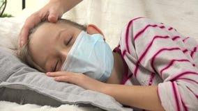 Bambino malato, professione d'infermiera della madre, bambina malata di coccole, bambini di sofferenza, bambini 4K archivi video