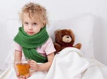 Bambino malato con la tazza di tè Fotografie Stock Libere da Diritti