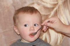 Bambino mangiante sveglio 1 anno Fotografia Stock