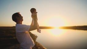 Bambino in mani di papa al tramonto del sole ardente Movimento lento video d archivio