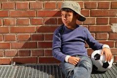 Bambino maschio con un gioco del calcio Fotografia Stock Libera da Diritti
