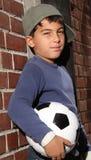 Bambino maschio con un gioco del calcio Immagini Stock Libere da Diritti