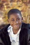 Bambino maschio dell'afroamericano che gioca all'aperto Immagini Stock