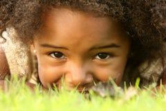 Bambino nascondentesi Fotografie Stock