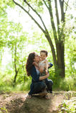 Bambino, natura, famiglia, amore, foresta, parco, madre, avventura, ragazzo, sensibilità Immagini Stock