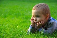Bambino in natura. Fronte sveglio Immagine Stock